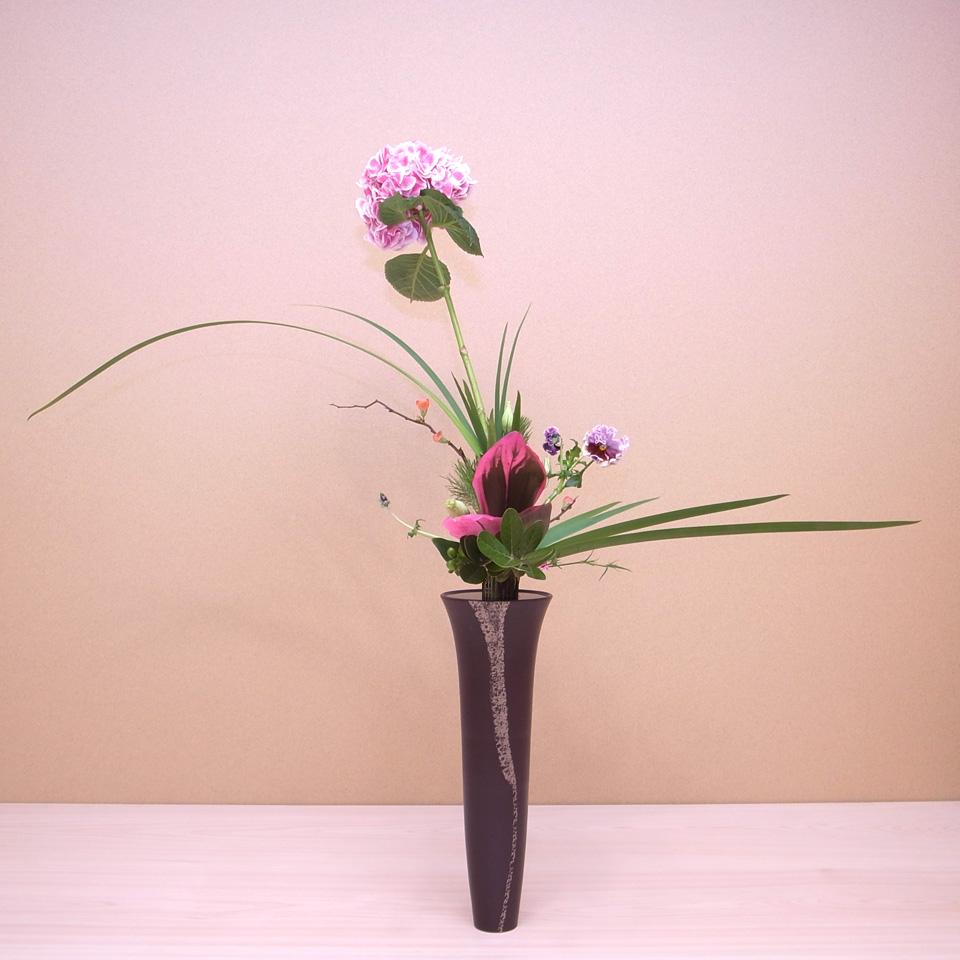 立花正風体 紫陽花、オクロレウカ、ムスカリ、竜胆、ドラセナ、ふくぎ、木瓜、若松、ヒペリカム、撫子