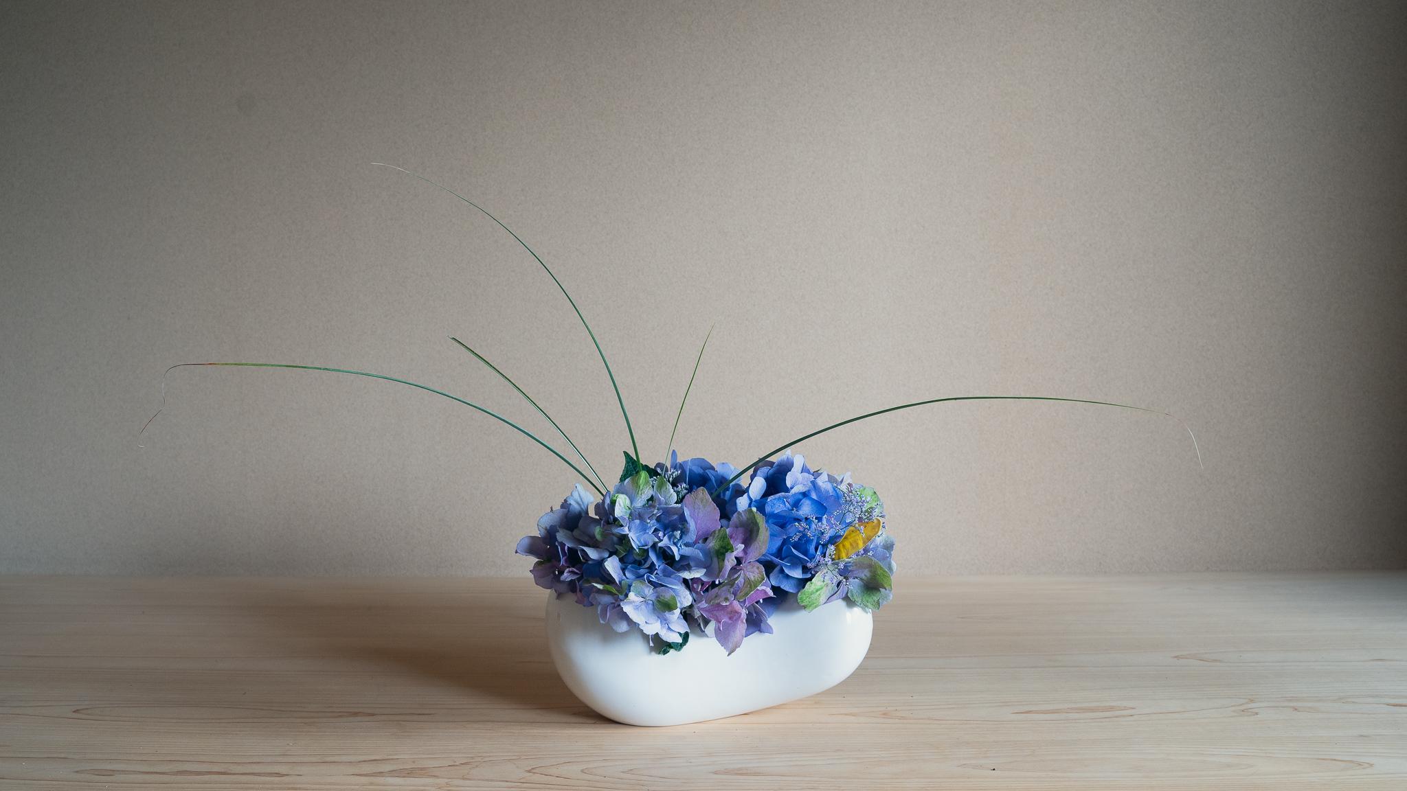 自由花 紫陽花、リモニウム、ドラセナ、糸すすき